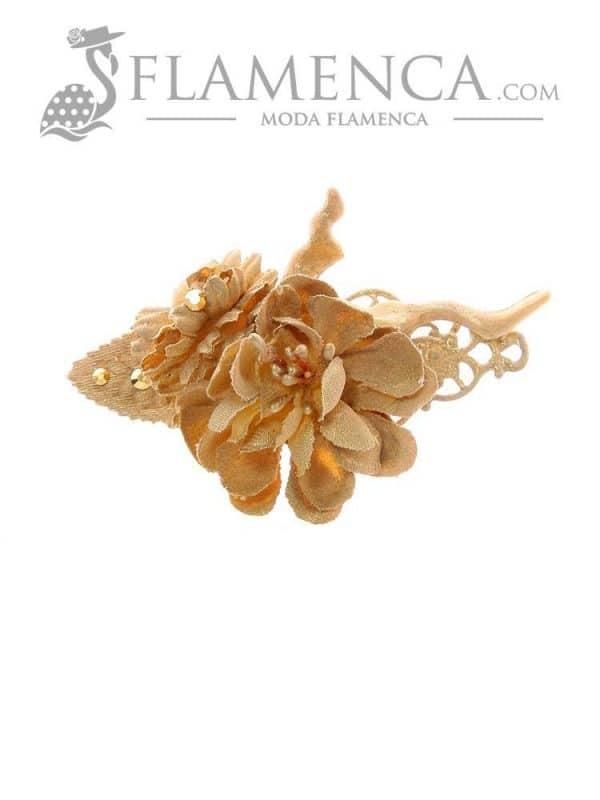 Broche de flamenca de flores de tela beige con reflejos oro