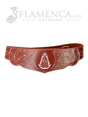 Cinturón fajín de niña en piel picado virgen del rocío marrón con fondo blanco