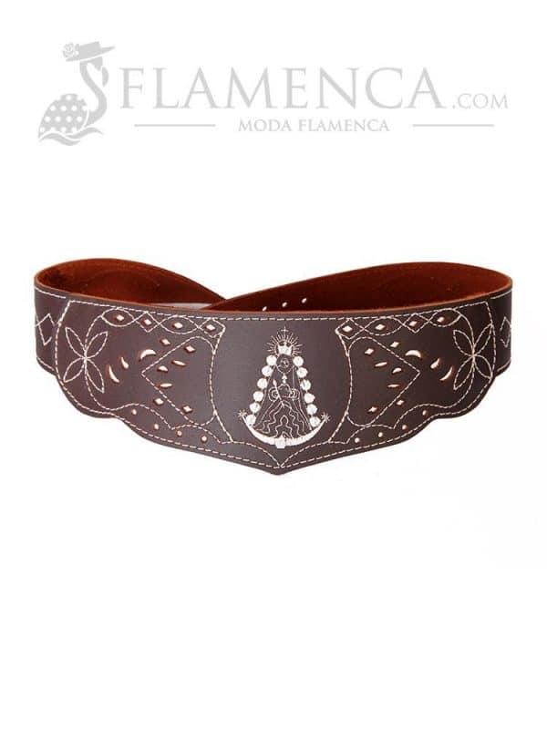 Cinturón fajín de niña en piel picado virgen del rocío marrón engrasado con fondo blanco