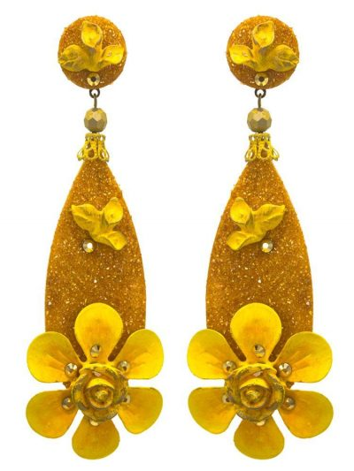 Flamenco earring in yellow with teardrop shape, floral detail, metal fittings and mother of pearl powder. Omega closure and with measures: 30 x 90 mm (without head). Handmade in Seville.
