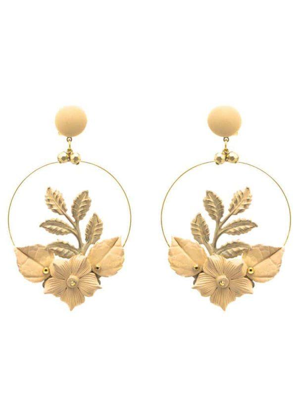Pendiente de flamenca aro con piedras doradas y flor de porcelana beige