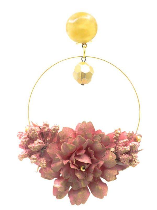 Pendiente de flamenca aro dorado con detalle bolo y flor de tela rosa