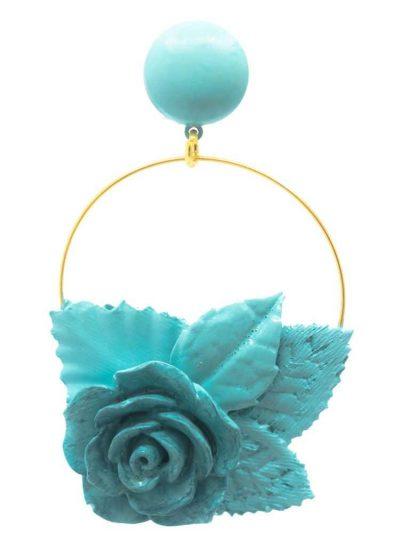 Pendiente de flamenca aro dorado con flor y hojas de resina, porcelana y tela tono celeste