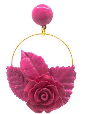 Pendiente de flamenca aro dorado con flor y hojas de resina, porcelana y tela tono fucsia
