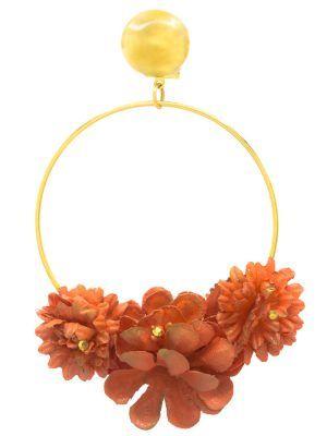 Pendiente de flamenca aro dorado con flores de tela naranja y reflejos dorados