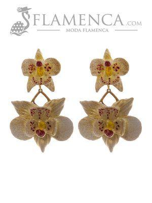 Pendiente de flamenca de flores marfil con reflejos oro
