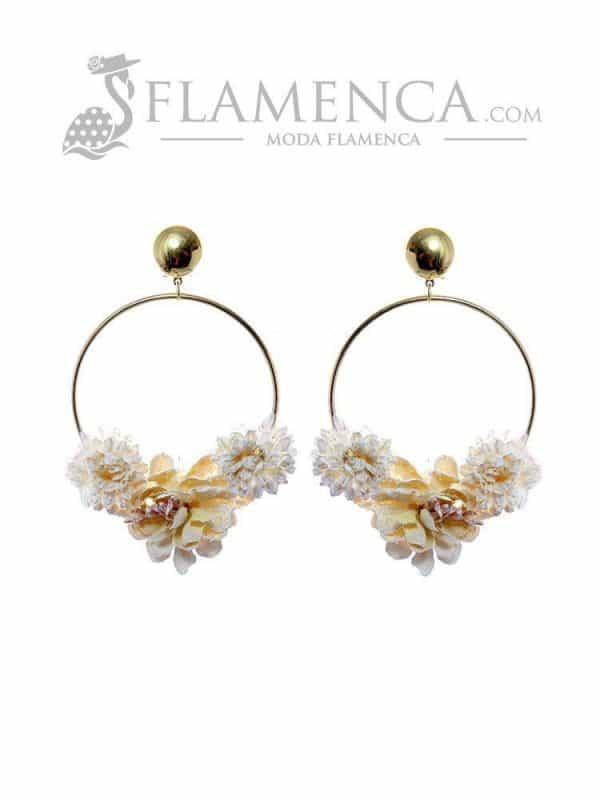 Pendiente de flamenca de flores marfil y reflejos oro