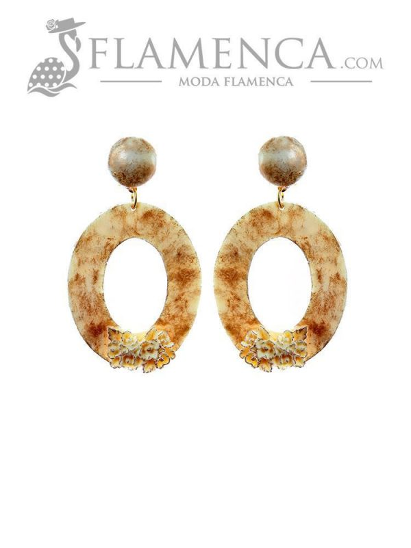 Pendiente de flamenca de resina marfil con reflejos oro