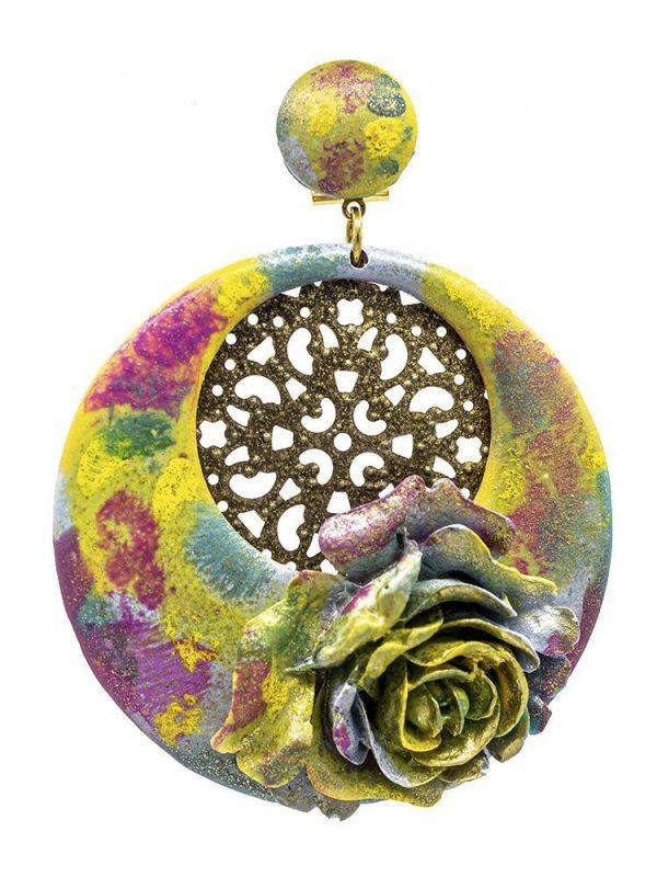 Pendiente de flamenca de resina multicolor con reflejos dorados