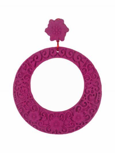 Pendiente de flamenca de resina, en color buganvilla, en forma de aro, estilo floral, cierre omega y una medida de 70 x 70 mm, tamaño grande. Fabricado artesanalmente en Sevilla.