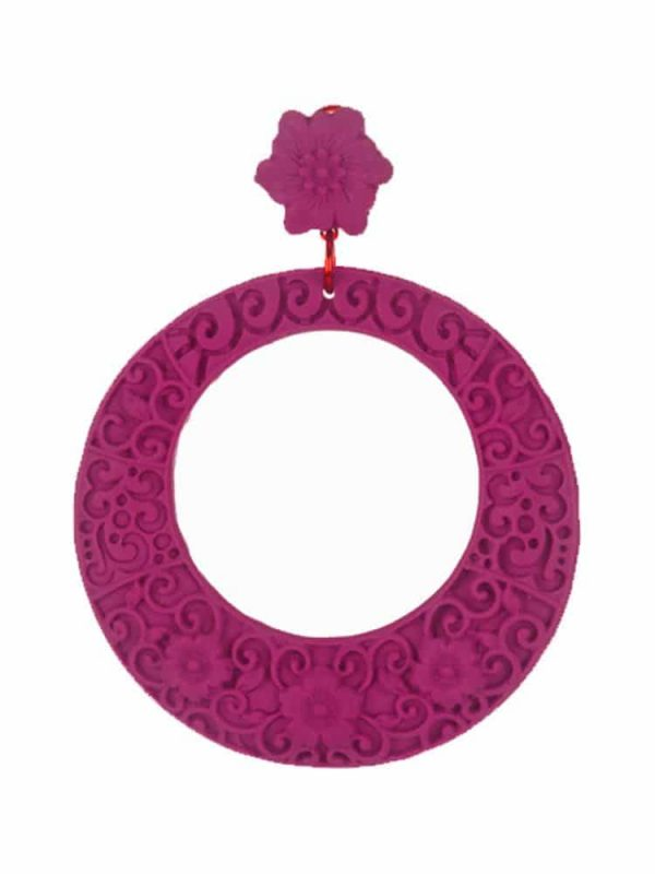 Resin flamenco earring, in bougainvillea color, hoop-shaped, floral style, omega closure and a size of 70 x 70 mm, large size. Handmade in Seville.